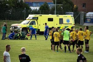 Joakim Sjödin fick lämna planen i ambulans efter en otäck krock med egen målvakt.