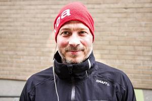 Tomas Svensson firar sin födelsedag hemma.