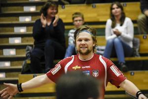 Max Wahlgren jublar efter ett av sina fem mål. Självklar stjärna i Granlo BK som slog Warberg efter säsongens tredje match som slutade 6–5 efter förlängning.