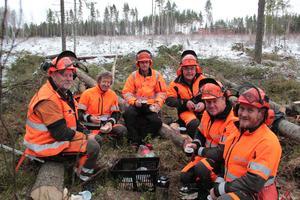 Läraren Tony Hansson, till vänster, med dagens elever, naturbevakare från länsstyrelsen, från vänster Hans Bouvin, Jonas Nilsson, Bror Alnehem, Anders Berglund och Lasse Frisk.