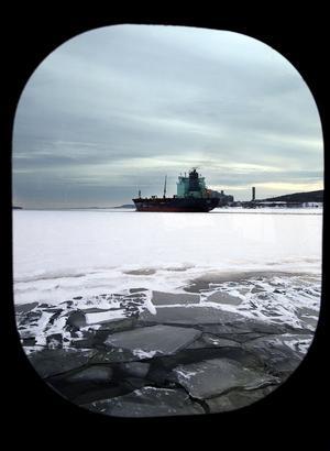 Genom Enhörnings ruta syns oljetankern lämna våra farvatten.