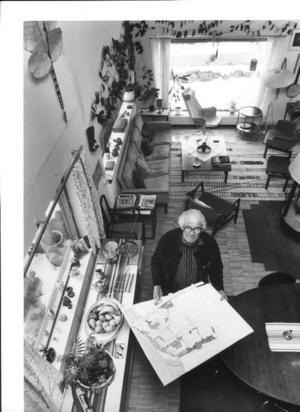 Ralph Erskine i sin kombinerade villa och ritkontor i Drottningholm utanför Stockholm när Gefle Dagblad gjorde ett reportage 1988. Nu är frågan vad som ska ske med villan. Nu förbereder man åtgärder med en stiftelse som mål.