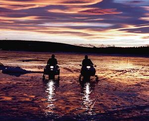 Skotrar på Storsjöns is.