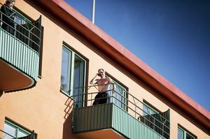 Mats Lindström solade på balkongen vid Våghustorget.