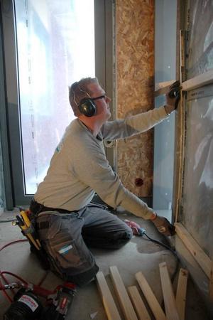 PLASTAR IN. För snickaren Andreas Becker är det första gången som han är med och bygger ett badhus. Enligt honom är det mer att göra än vid andra byggen.