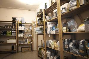 Tre gånger i veckan levereras mat som donerats av lokala livsmedelsbutiker till Blå lokalen.