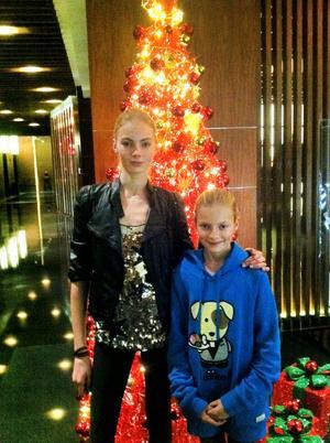 SYSKON. Julia tillsammans med lillasyster Malin. Familjen fanns vid storasysters sida när hon tävlade i Shanghai.