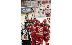 Det var klang och jubel i FM Mattsson Arena när Mora IK besegrade Almtuna med 8–2 i premiären. Foto: Gunnar Bäcke/DT
