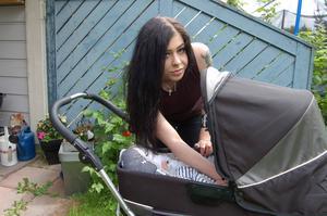 Den nyblivna mamman Emmah pustar ut, efter den tidiga hemmafödseln.