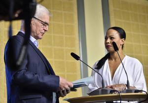Sture Nordh, ordförande för public service-kommittén, lämnar över delbetänkandet till kulturminister Alice Bah Kuhnke (MP).