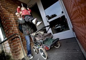 Slitigt jobb. För att få in barnvagnen efter en promenad måste Angela Wallin lyfta ur Julia, plocka ur alla saker och sen vika ihop vagnen tills den är helt platt. Efter det får hon lyfta in den på högkant för att få plats i det lilla förrådet. Bild: PAVEL KOUBEK