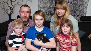 Familjen. Pappa Marc och mamma Victoria med barnen Melvin, Simon och Amanda. Lilla valpen syns knappt i Simons famn.