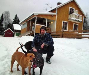 Dick Bewarp och hans tre respektingivande gårdvarar i form av tre pitbullterriers bytte villan i centrala Malmö mot det mycket vackert belägna, strandnära huset i Mårdsjön.
