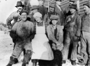 Nils Tunell är mannen längst upp till vänster i bild. Fotografiet är taget under ombyggnad av kraftstationen vid Långforsen i Offerdal 1925.