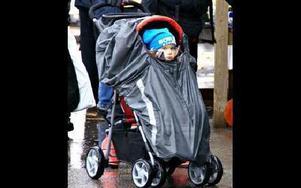 Lea Börjes tog skydd i barnvagnen.