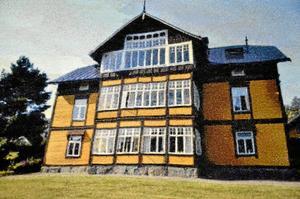 Sekelskifteshus. Ett par vänners sekelskifteshus i Gnesta. Stig Björkman har använt 150 olika färger och sytt 93000 stygn.
