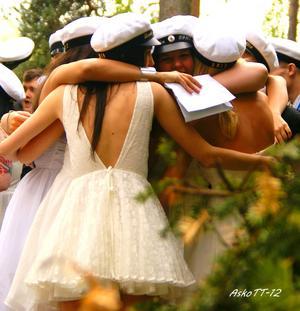 Studenter vid Kantzowska Gymnasiet, Hallstaomfamnar varandra i en riktig (klass)kompiskram.