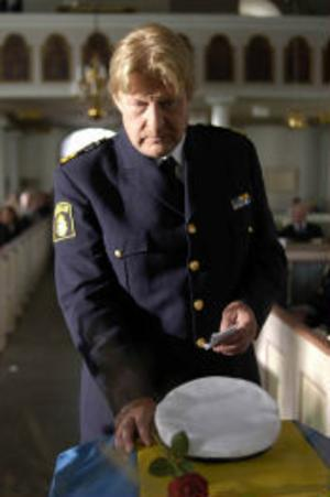 I Steget efter blir Wallanders kollega Svedberg mördad och polisen ligger hela tiden steget efter.
