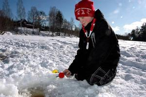 PIMPLA. Linnea Tröjbom Berggren gör ett sista försök med pimpelspöet.