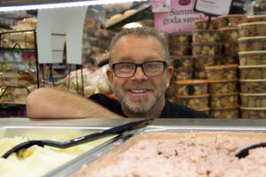 Magnus Dahlström, vid affärens färdiglagade mat.