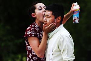 Andrea Vallescar slickar grädde från César Garcias ansikte i