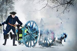 Jack Rönnström avfyrade kanonen som gav ifrån sig en rejäl smäll och tryckvåg.