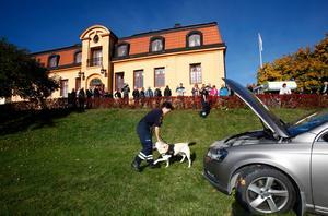 Hunden Benny och Kajsa Björck från Tullen visade hur jobbet fungerar.