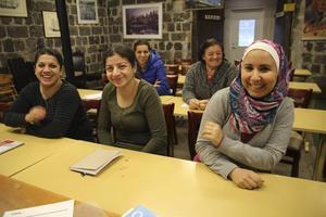 Uppskattar svenskundervisningen gör Rana Shamoun, Maria Shamoun och Jouliana al-Ahya, längst fram från vänster. Ayda Ohannis och Hamide Abazi sitter längst bak.
