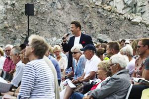 Allsångsledaren Johan J:son Ljung är ute och vandrar i publikhavet.