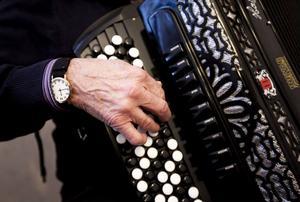 Gösta Markusson är självlärd på dragspel och behärskar det mesta från tango till folkmusik och julsånger.