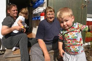 Rävlyan är full med barn.  Föreståndarna Marianne Olofsson och Viveka Blom har redan fullt med barn i Rävlyan och Texas Olofsson och Isa Schüttman har redan fullt upp att inspektera omgivningarna.