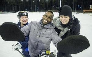 Tränaren Per Fosshaug, målvakten Ahmed Mohamed Ahmed och Cia Embretsen som lärt ut skridskoåkningens grunder. Foto: Mikael Forslund