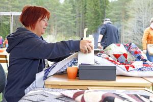 Anita Björk gillar att sy lapptäcken. Det är en hobby hon har sysselsatt sig med i säkert tio år. På Rastälvens dag sydde hon sina täcken inför publik.