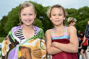 Små badare. Elsa Hedman och Liw Danielsson tycker att de har lärt sig mycket i simskolan.