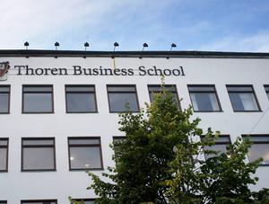Det har varit hög omsättning på rektorer på Thoren business school men nu blir det en extern rekrytering och förhoppningsvis kontinuitet.