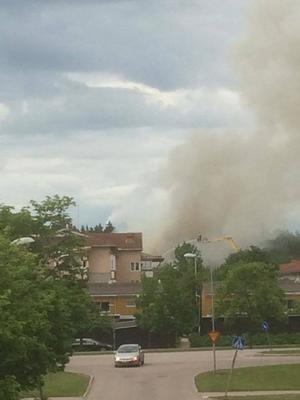 På fredagsmorgonen brinner det fortfarande i byggnaden och rökutvecklingen är stor.              Foto: Eva Eklund