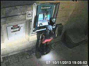 En kvinna försöker ta ut 100 kronor i Svenstavik men pengarna kommer inte ut...
