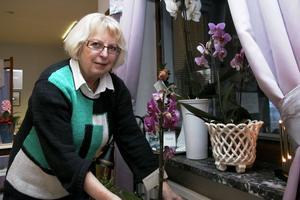 Mina styrkor är att jag är drivande. Jag kan leda och organisera. Något jag är sämre på är detaljer, som till exempel årtal som är rätt ointressanta för mig, säger Sylvia som nu slutar som hud- och fotterapeut i Edsbyn efter drygt 40 år. Här med alla blommor hon har fått.