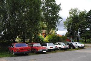 TILLHÅLL FÖR MISSBRUKARE. Sex skrotiga bilar står det på en gräsplätt intill parkeringen nedanför Valhalla på Stationsgatan i Sandviken. Nu har PRO och Brukarföreningen tröttnat på att missbrukare samlas där och gör det otryggt.
