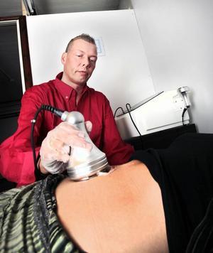 Fettet sprängs bort med ultraljud, säger Johnnie Brundin. Elisabet Engvall menar att det känns som en varm duschstråle.
