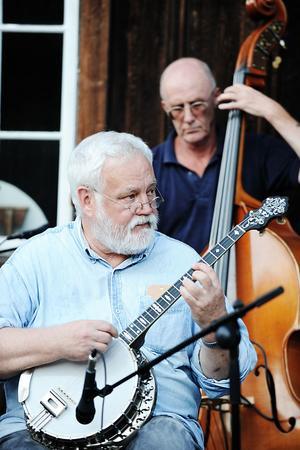 Claes Ringqvist, banjo, och Christer Snell på bas, i full koncentration.