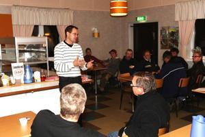 """Gunnar Sandberg och Bengt Bixo kom till Lillhärdal för att diskutera vargfrågan. """"När folk börjar känna oro då måste man ta det på allvar"""", menade Gunnar Sandberg inför ett 40-tal besökare.   Foto: Håkan Degselius"""