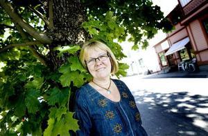 sadlade om. Birgitta Skoglund sadlade om från polis till tygförsäljare och trivs ypperligt. I bakgrunden syns huset där hennes affär finns.