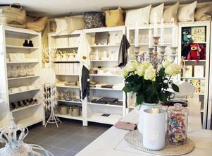 I Anettes butik finns det vita, lantliga, danska och franska inredningsprylar, men också en hel del designat av Ernst  Kirchsteiger.