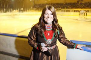 Tanja Nordfjell från Undersåker spelar hockey med Svegs damlag. På lördagen fick hon inviga Icebreakers match i Järpen med en jojk och hon sjöng även Jämtlandssången.