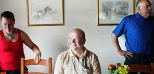 Matresa. Eskil Erlandsson, centerpartistisk jordbruksminister,  på besök i Sala. Just nu reser han runt i landet för att lansera sin vision om att skapa 20 000 nya jobb på landsbygden. Till vänster står Carolin Andersson, till höger Leif Skanevall. Foto: Iris Tiito