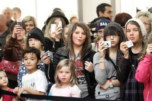 FÅNGADE PÅ BILD. Mobilkamerorna höjdes som på givet kommando när artisterna äntrade scenen.