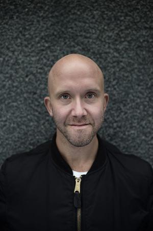 Carl Olof Berg, koreograf och regissör, har själv fått uppleva omklädningsrummets uteslutande och förtryckande mekanismer.