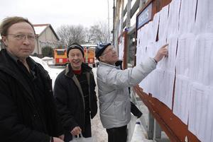 Vasalöpare. Göran Rundgren, Stig Karlsson och Göran Karlsson från Lessebo studerade resultatlistan.