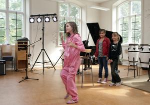 Intresset var stort för Vasaskolans audition. Amber Lindblom, Wilma Sandberg, Moa Westring, Josefin Fällgren, Gabrielle Nilsson och Tilda Olsson drömmer om en musik- och danskarriär.Elin Brantehag dansade disco som hon lärt sig på Uddans i Gävle.